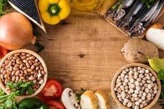 吃健康 地中海的饮食 水果、菜、五谷、胡说的橄榄油和鱼在木头 库存照片