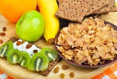 吃健康 新鲜水果、玉米片和干大面包用凝乳 库存照片
