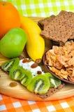 吃健康 新鲜水果、玉米片和干大面包用凝乳 免版税图库摄影