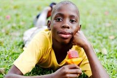 吃冰棍儿的男孩 免版税图库摄影
