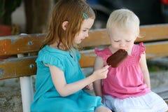 吃冰淇凌的两个妹 库存照片