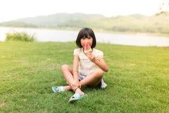 吃冰淇凌的亚裔女孩 免版税图库摄影