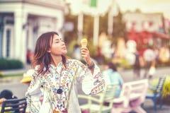 吃冰淇凌的亚裔妇女照片和 库存图片