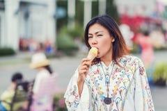 吃冰淇凌的亚裔妇女照片  免版税库存图片