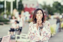 吃冰淇凌的亚裔妇女照片  库存图片