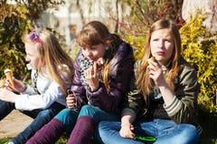吃冰淇凌的十几岁的女孩 免版税库存图片