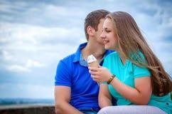 吃冰淇凌的夫妇在公园 库存照片
