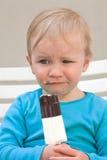 吃冰淇凌的孩子 库存图片