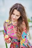 吃冰淇凌的年轻巴黎人妇女 库存照片