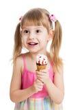 吃冰淇凌的愉快的儿童女孩查出 免版税库存图片