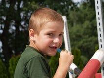 吃冰淇凌的男孩 库存图片