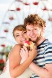 吃冰淇凌的年轻夫妇室外 库存图片