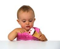 吃冰淇凌的婴孩 库存照片