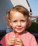 吃冰淇凌 库存照片
