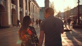 吃冰淇淋的可爱的夫妇在都市区 股票视频
