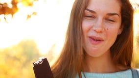 吃冰淇淋的妇女在秋天公园 股票视频