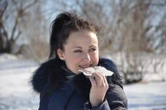 吃冰的女孩 免版税库存照片