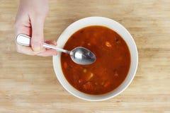 吃准备好的汤 免版税图库摄影