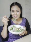 吃凯萨色拉的女孩 免版税图库摄影