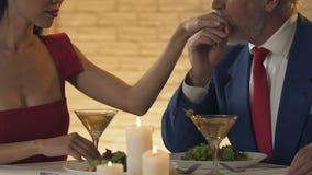 吃利己的夫人与老有钱人的晚餐,关系的概念金钱的 股票视频