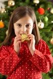 吃前女孩形状的星形结构树的曲奇饼 免版税库存图片