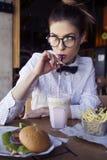吃午餐快餐的美丽的白种人少妇油煎了罐 免版税库存图片