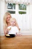 吃午餐母亲儿子 免版税图库摄影