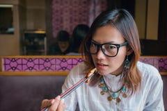 吃午餐的亚裔妇女 库存图片