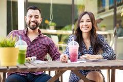 吃午餐的逗人喜爱的夫妇 免版税库存图片