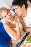 吃厨房的夫妇 免版税库存图片