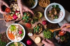吃另外沙拉和开胃菜在木台式视图 库存照片