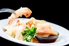 吃可口和开胃天麸罗油煎的vegetab的过程 免版税库存照片