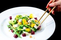 吃可口和开胃沙拉的过程用甜菜根a 免版税库存图片