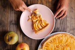 吃可口苹果饼馅饼 库存图片