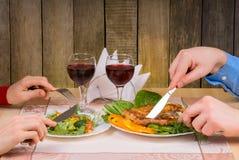 吃可爱的夫妇浪漫晚餐 库存照片