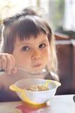 吃可爱的小女孩画象午餐 免版税图库摄影