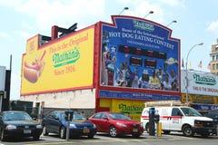吃名望的比赛墙壁纳丹s热狗在科尼岛,纽约 图库摄影