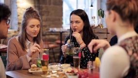 吃和喝在酒吧或咖啡馆的愉快的朋友 股票视频