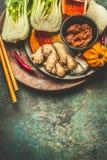 吃和烹调与健康成份的亚洲人:姜、辣椒和香料在葡萄酒背景,顶视图 免版税库存照片