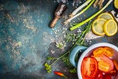 吃和烹调与新鲜的有机菜和晒干的成份的健康素食主义者在黑暗的土气背景 库存图片