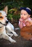 吃土的婴孩 库存图片