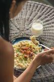吃土豆饺子用绵羊乳酪和烟肉,传统斯洛伐克的食物,斯洛伐克的美食术的妇女 图库摄影