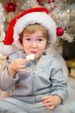 吃圣诞节曲奇饼的小男孩 免版税库存图片