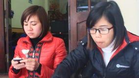 吃在传统街道食物市场上的人们 股票录像
