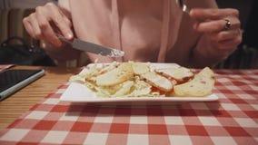 吃在咖啡馆的可爱的女生健康沙拉 股票视频