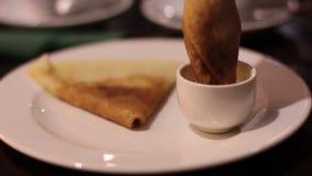 吃在咖啡馆的妇女薄煎饼递特写镜头 股票录像