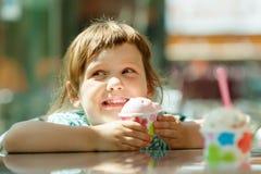 吃在咖啡馆的孩子冰淇凌 免版税库存照片