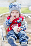 吃在咖啡馆的小孩男孩甜点 免版税库存图片