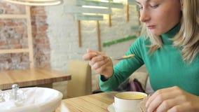 吃在咖啡馆的愉快,美丽的妇女鲜美汤在城市 股票视频