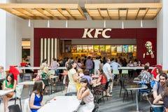 吃在地方肯德基家乡鸡餐馆的人们 库存图片